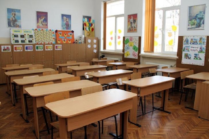 De luni, TREI şcoli din Prahova  trec în online. Vezi aici care sunt acestea