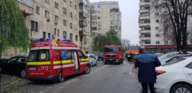 Explozie la parterul unui bloc de pe strada Anotimpului din Ploiesti. Un barbat a ajuns la spital