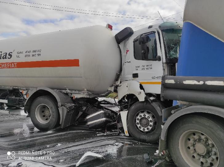 Accident rutier la Crângul lui Bot. Au fost implicate o cisternă cu GPL şi o autobetonieră (video)