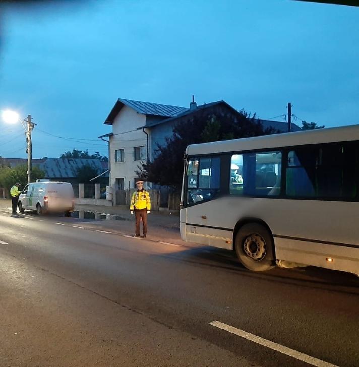 Poliţiştii Serviciului Rutier Prahova au verificat  transportul rutier public de persoane, cât şi respectarea  purtării măştii de protecţie în interiorul microbuzelor/autobuzelor