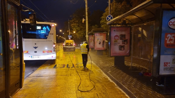 Primaria Municipiului Ploieşti efectueaza activităţi de igienizare a staţiilor destinate transportului public în comun